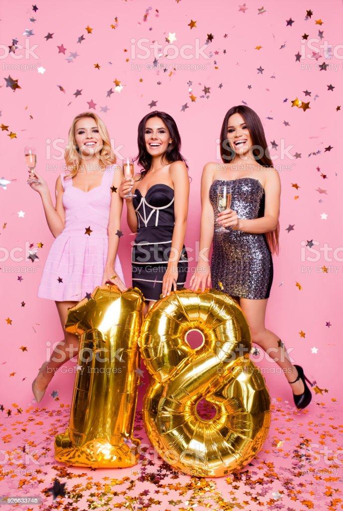 Porträt von drei attraktive, erstaunlich, hübsch, erstaunt, niedlichen Modelle Mädchen, die Spaß, feiern achtzehn Jahre alt, mit goldenen Ballons und Konfetti, über rosa Hintergrund stehen kurze Kleider – Foto
