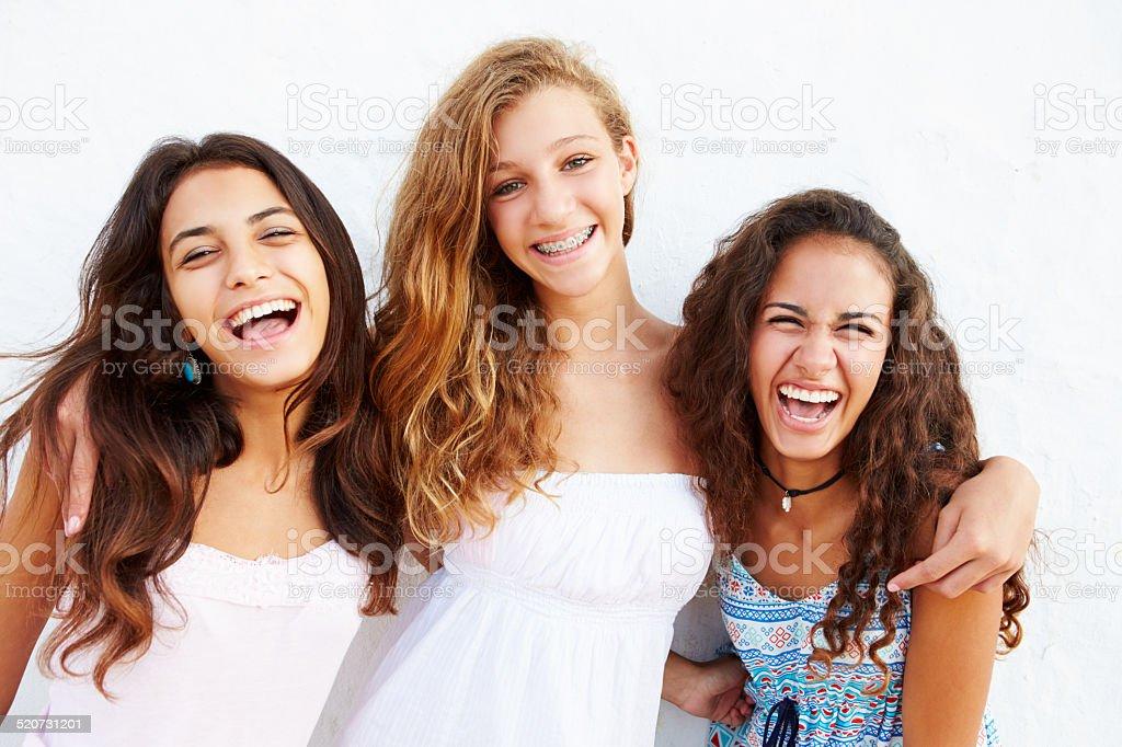 Porträt von drei Teenager-Mädchen gelehnt Wand abprallen - Lizenzfrei 14-15 Jahre Stock-Foto