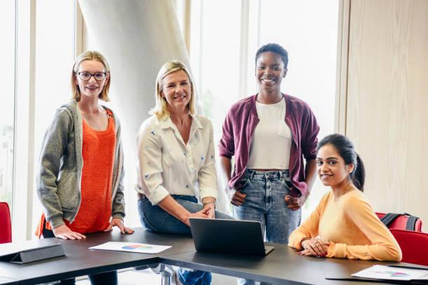 retrato de três mulheres jovens na faculdade com seu professor fêmea madura - girl power provérbio em inglês - fotografias e filmes do acervo