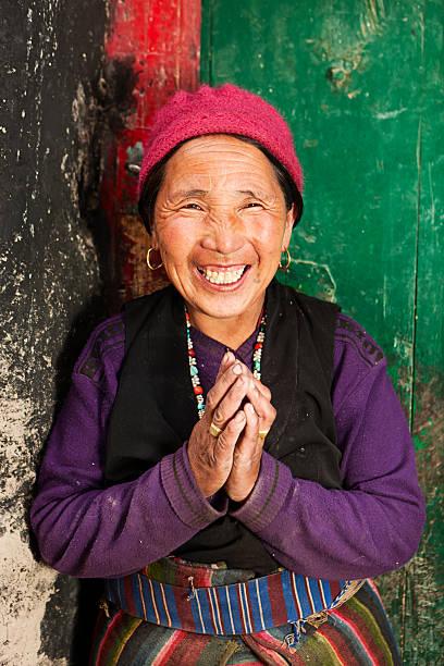 porträt von tibet frau - nepal tibet stock-fotos und bilder