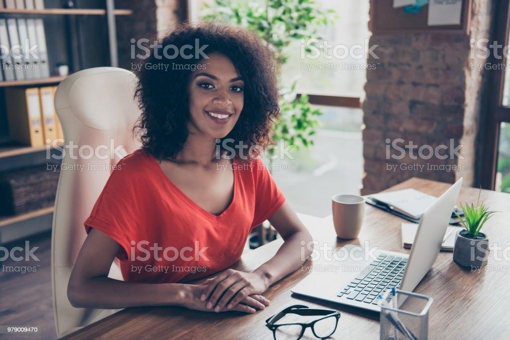 Retrato de moda abogado encantador con una sonrisa radiante en traje casual, sentado en el escritorio en la oficina mirando a cámara. Concepto de vector de personas persona profesión - foto de stock