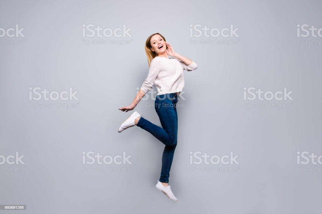 a0595a512fa9f5 Porträt von trendigen charmante ziemlich lustige Comic-blonde Mädchen  springen in der Luft mit gehobenen