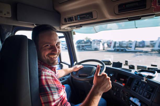 親指を立てながらトラックに座っているトラック運転手の肖像画。輸送およびトラックサービス。 - トラック運転手 ストックフォトと画像