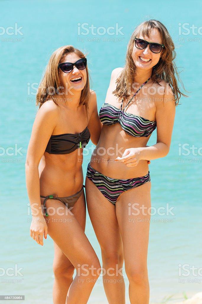 6fba0d31624c Retrato De Dos Atractivas Chicas En Bikini En La Playa Foto de stock ...