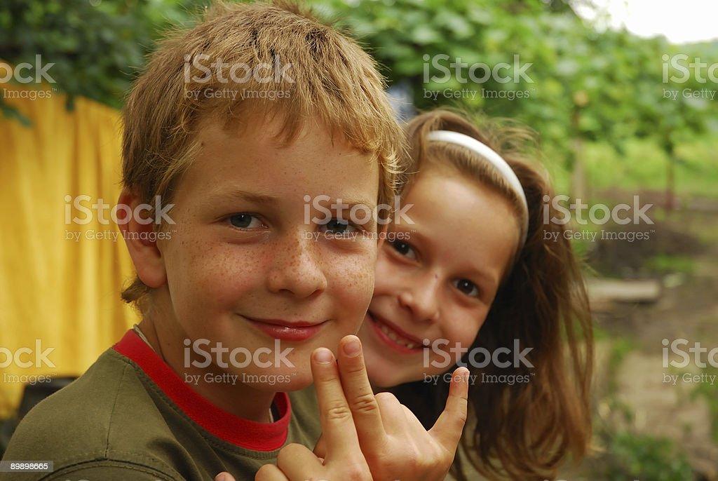 Портрет двух детей, улыбается Стоковые фото Стоковая фотография