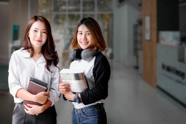 Retrato de dos alumnas universitarias después de la clase. - foto de stock