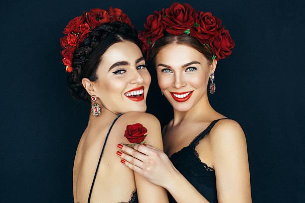 porträt von frische und schöne frauen zwei - ohrringe rose stock-fotos und bilder