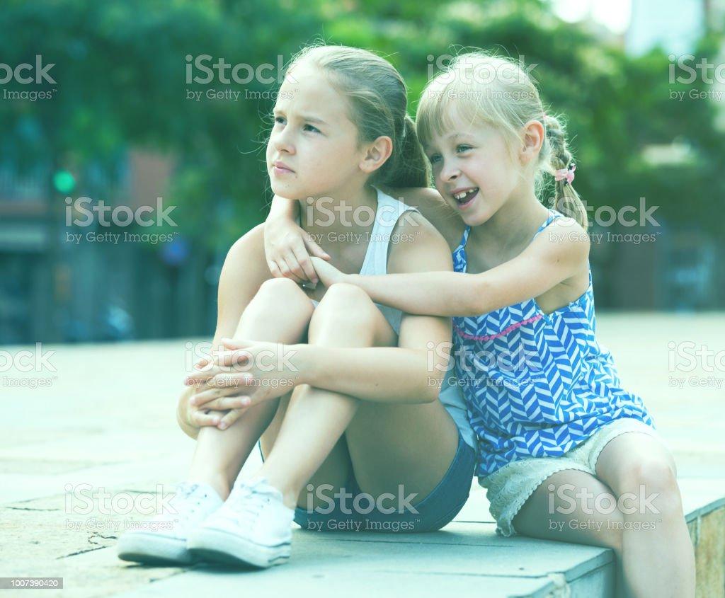 Retrato de duas meninas em dia de verão - foto de acervo