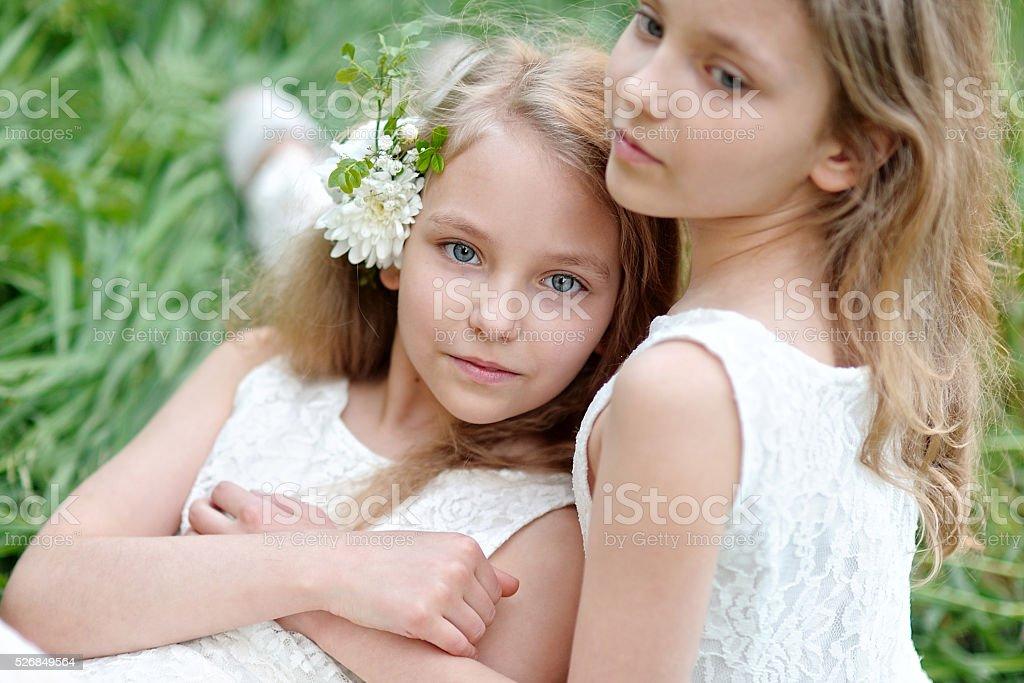 ポートレートの 2 つの女の子のツインズ ティーンエイジャーのストック