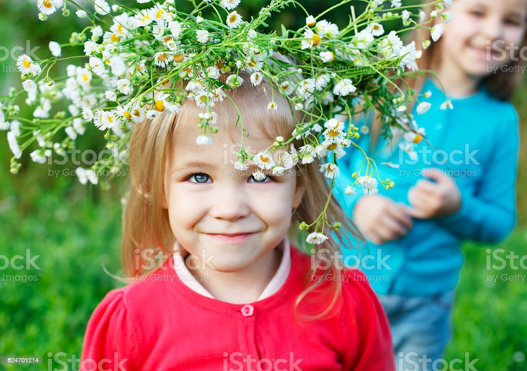 Portrait of two little sisters outdoors wearing wreath from whit stok fotoğrafı