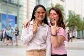 タイのバンコクでショッピング モールの外の 2 つの成熟したアジアの女性友人の肖像画