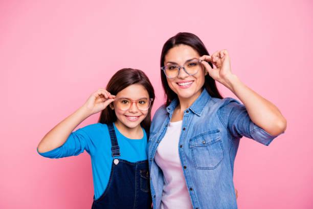 gözlük yaşam tarzı üzerinde pastel pembe izole dokunmadan iki güzel trendy sevimli şirin çok güzel çekici çekici neşeli neşeli pozitif düz saçlı kız portresi - gözlük stok fotoğraflar ve resimler