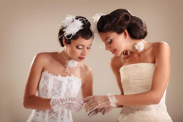 Porträt von zwei Retro-Bräute in Luxus-Hochzeit Kleider. – Foto