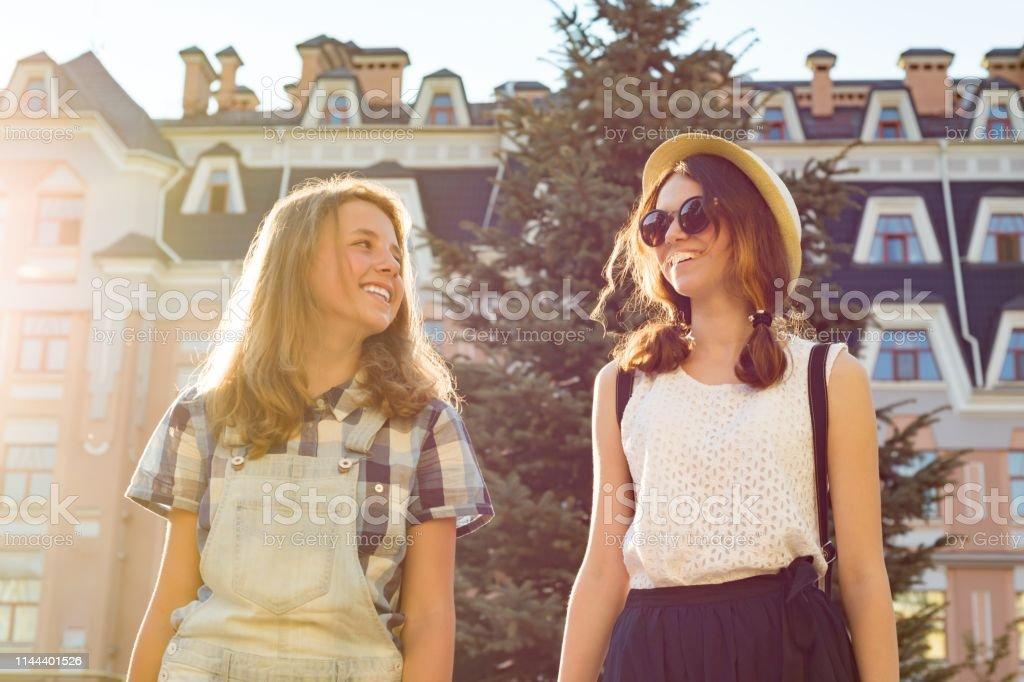 Retrato De Dos Chicas Hermosas Sonriendo Adolescentes 13 14