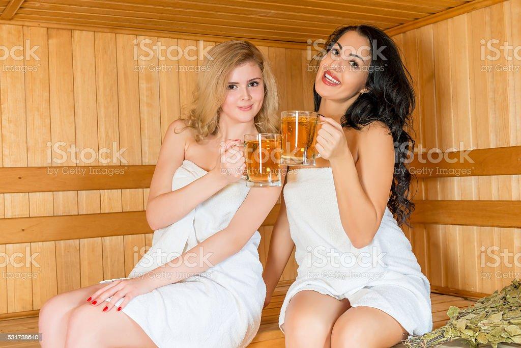 Porträt von zwei Frauen mit einem Bier im der sauna – Foto