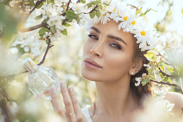 Incomum Retrato de mulher com Frasco de perfume - foto de acervo