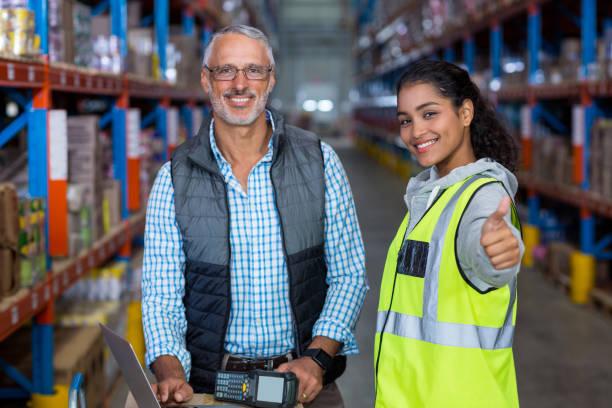 portret van magazijn werknemers werken samen - warehouse worker stockfoto's en -beelden