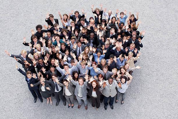 porträt von winkt business personen - große personengruppe stock-fotos und bilder