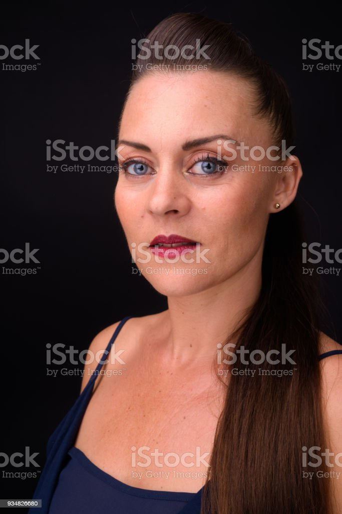 검은색에 대 한 여자의 초상화 - 로열티 프리 35-39세 스톡 사진