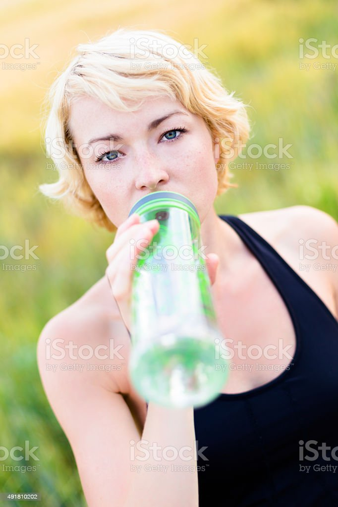 Porträt der Frau Trinkwasser im Freien. Lizenzfreies stock-foto