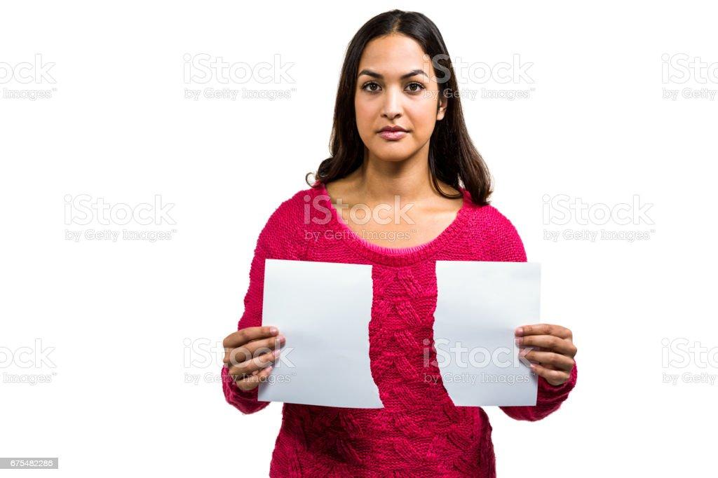 Portrait de femme en possession de documents déchirés photo libre de droits