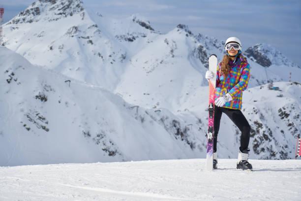 스키 복장의 여성 초상화. 스키 리조트에서 쾌활한 금발 여자의 초상화 스톡 사진