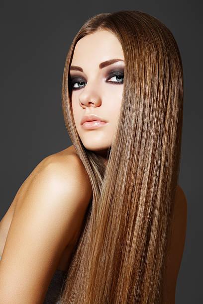 portrait de femme modèle avec de longs cheveux brun brillant - cheveux lisses photos et images de collection