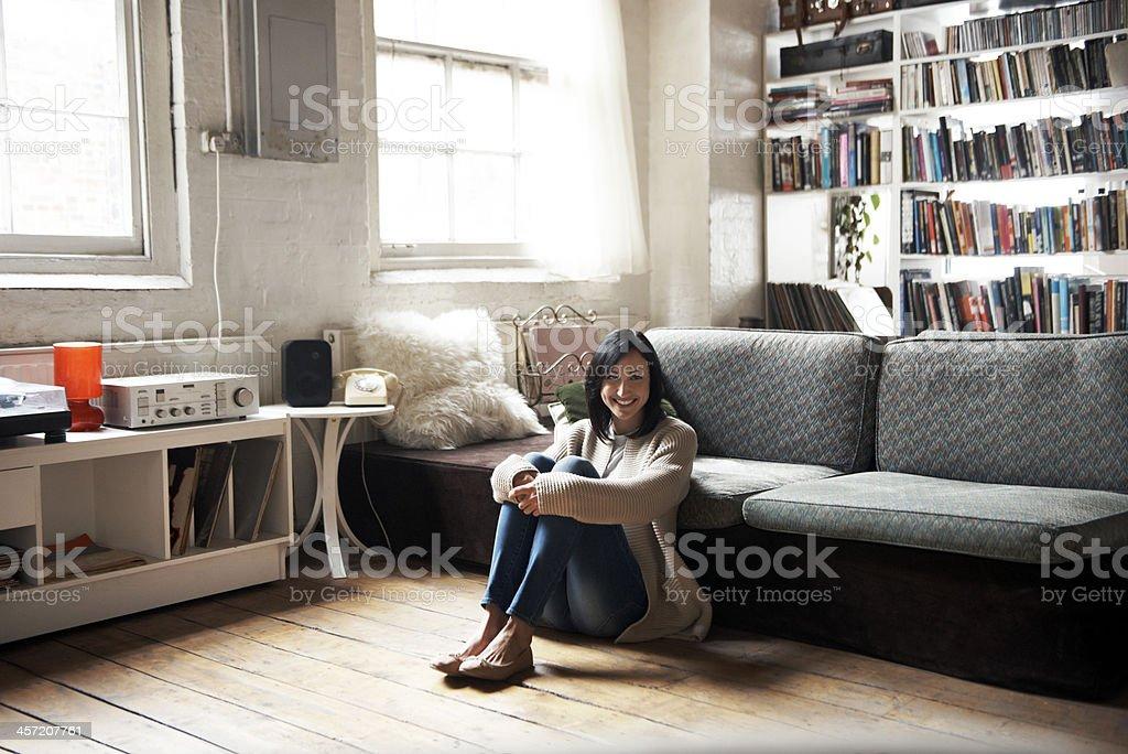 Portrait of woman sitting on the floor - Photo