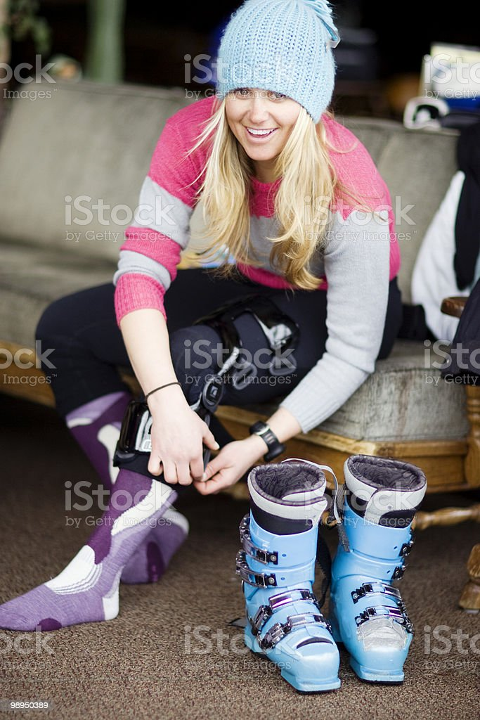 Portrait of  woman skier adjusting knee brace. foto de stock libre de derechos