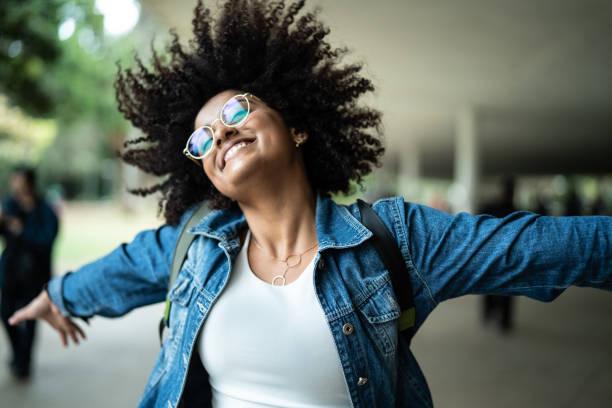 retrato de mulher sorrindo com fundo colorido - em êxtase - fotografias e filmes do acervo