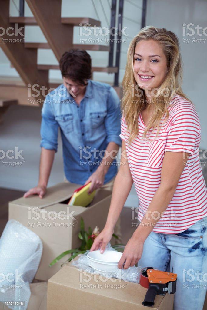 拆包的女人的肖像碗從框中 免版稅 stock photo