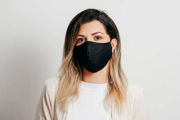 Porträt der Frau trägt handgemachte Baumwollstoff Gesichtsmaske. Schutz vor COVID-19. – Foto
