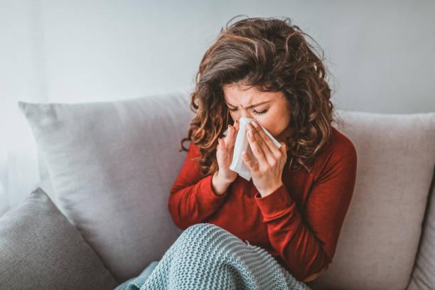 porträt der frau mit allergie weht ihre nase - heuschnupfen stock-fotos und bilder