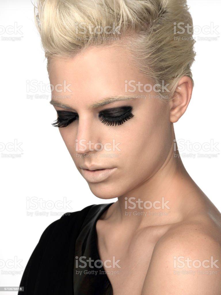 Porträt Der Frau Mit Rauchigen Augen Blonde Kurze Haare Und