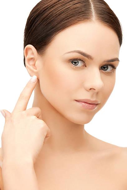Frau berühren Ihr Ohr – Foto