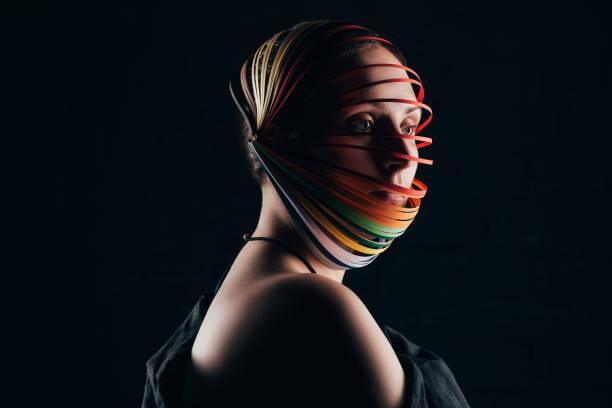 porträt der frau mit quilling farbpapier auf kopf isoliert auf schwarz - eco bastelarbeiten stock-fotos und bilder