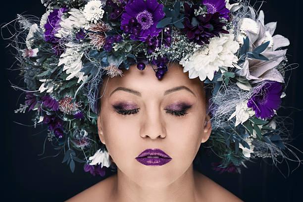 Portret kobiety z kwiatami – zdjęcie