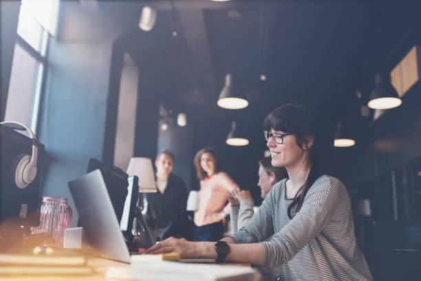 Porträt der Frau mit Laptop am Arbeitsplatz – Foto