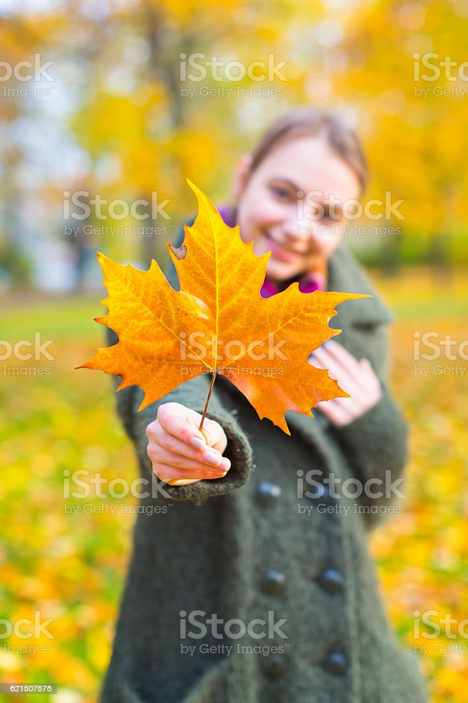 Portrait Of Woman With Maple Leaf foto stock royalty-free