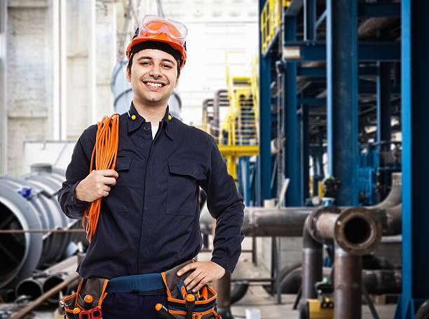 retrato de un trabajador en una fábrica - electricista fotografías e imágenes de stock