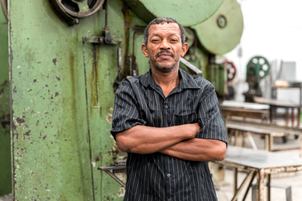 porträt des arbeitnehmers auf fabrik auf hintergrund - eisenmangel was tun stock-fotos und bilder