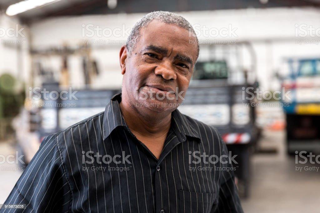 Retrato de trabalhador na fábrica em fundo - foto de acervo