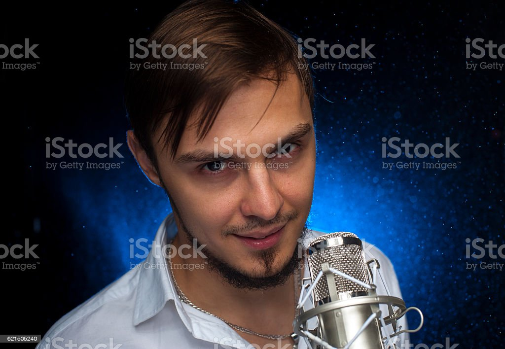 Portrait of youn attractive singer with microphone foto stock royalty-free