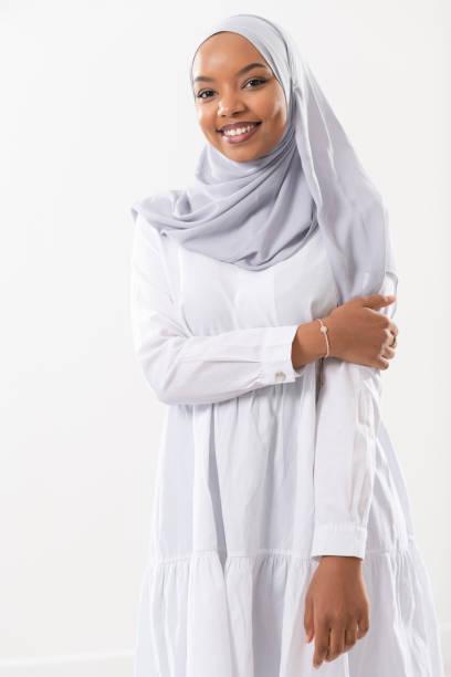 Porträt von jungen afrikanischen Geschäftsfrau in traditionellen muslimischen Hijab Kleidung – Foto