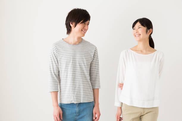 若いアジアのカップルのリラックスの肖像画 - 夫婦 ストックフォトと画像