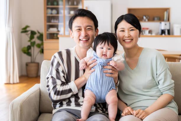 年輕的亞洲家庭的肖像 - 日本人 個照片及圖片檔