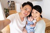 若いアジア系の家族の肖像画