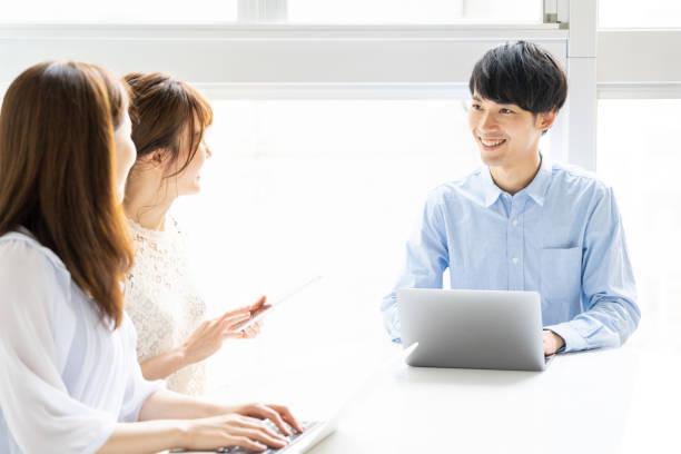 オフィスにおけるアジアの若いグループの肖像 - スマートカジュアル ストックフォトと画像