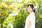 公園で若いアジアの看護師の肖像