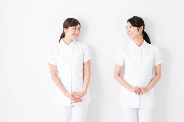 若いアジアの看護師が白い背景で隔離の肖像画 - 看護師 ストックフォトと画像
